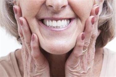 红桥区养老院提醒老年人初戴假牙的注意事项